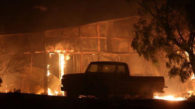 تاکنون حریق ۱۵۰ بنا را سوزانده است