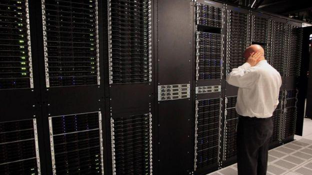 Un hombre ante un servidor informático