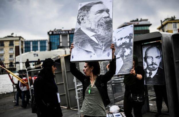 Marx, Engels ve Lenin'in fotoğrafları geçen yıl İstanbul Bakırköy'de kutlanan 1 Mayıs'ta kontrol noktalarından geçirilirken
