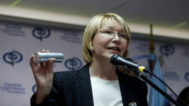 Fiscal general de Venezuela, Luisa Ortega Diaz, mostrando una lata de gas lacrimógeno, 24 de mayo de 2017