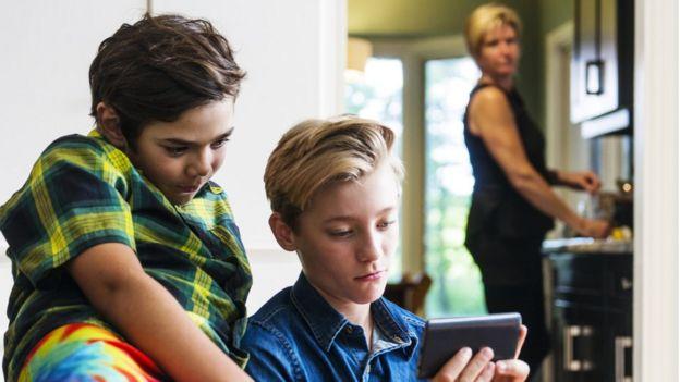 niños usando internet