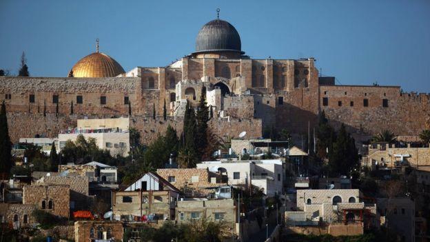 La mezquita de Al Aqsa y la Cúpula de la Roca vistas desde el barrio de Silwan en Jerusalén oriental