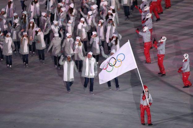 Los atletas rusos desfilan bajo la bandera olímpica en la ceremonia de inauguración de PyeongChang 2018, en el estadio olímpico de la ciudad surcoreana del mismo nombre, el 9 de febrero. (Foto: Maddie Meyer/Getty Images)