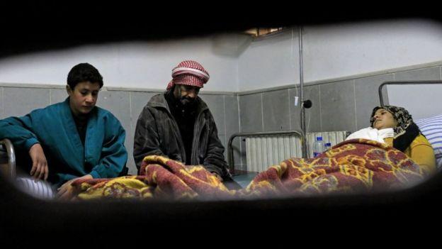 Hastane yatağında yatan Kürt bir kadın.