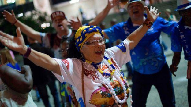 Membros de escolas de samba protestam contra corte anunciado por Crivella em 26 de junho
