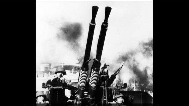 Súng phòng không của miền Bắc Việt Nam thời kỳ Mỹ ném bom Hà Nội và Hải Phòng. Lực lượng miền bắc Việt Nam tuyên bố đã bắn hạ khoảng 34 máy bay B-52 trong khi con số của Hoa Kỳ nói chỉ có 15 chiếc