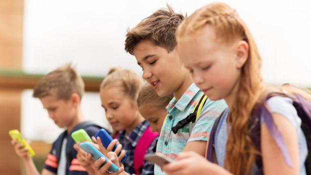 niños usando celular