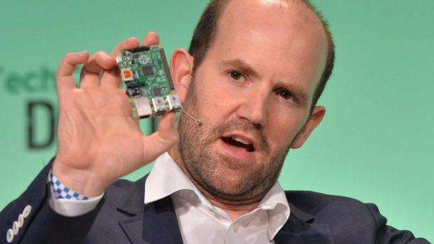 Eben Upton sosteniendo una Raspberry Pi.