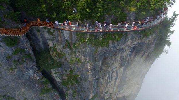 Un puente de vidrio en un acantilado en China