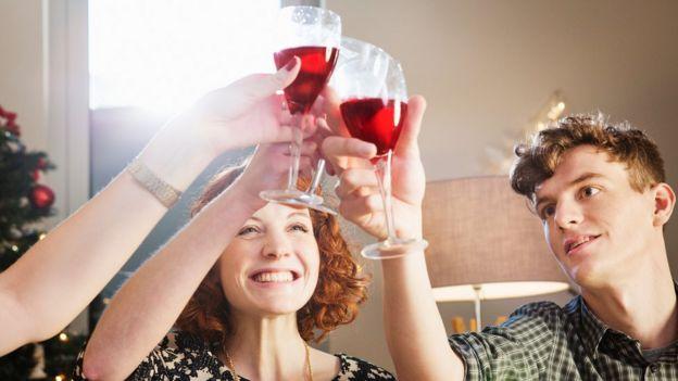 Unas personas brindando con unas copas de vino