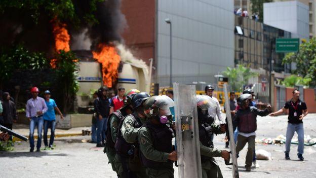 Empleados de la televisora estatal Venezolana de Televisión (VTV) y agentes de la Guardia Nacional se enfrentaron con manifestantes opositores cerca de la sede del canal.