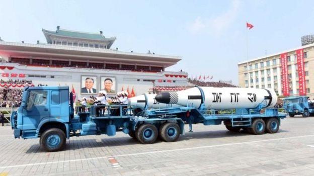 กองทัพเกาหลีเหนือสวนสนามแสดงแสนยานุภาพก่อนการยิงขีปนาวุธที่ล้มเหลวหนึ่งวัน