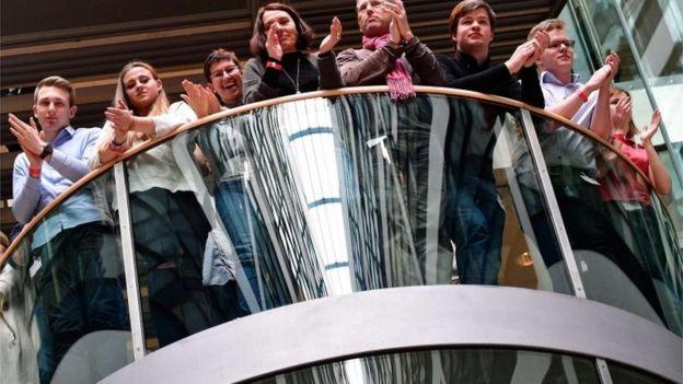 Miembros socialdemócratas aplaudieron el resultado.