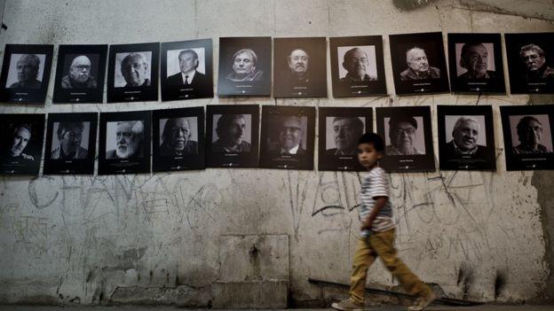 """Этот мемориал посвящен тем, кто был казнен на стадионе """"Сантьяго"""" в 1973 году"""