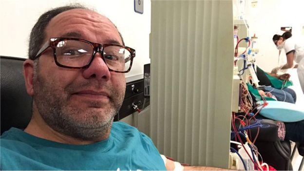 Javier Artigas en una sala de diálisis