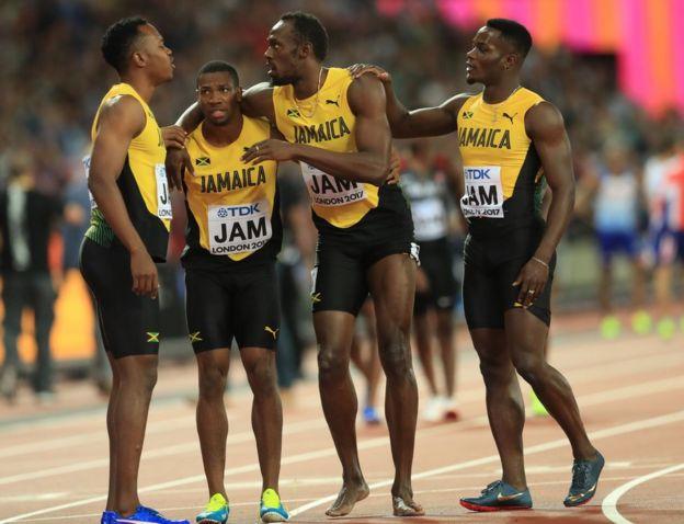 Usain Bolt apoyado por sus amigos