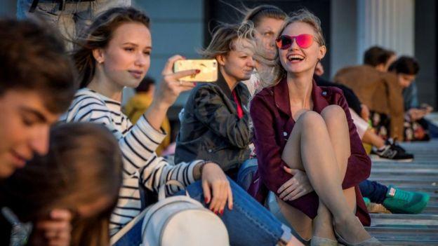 Jóvenes en una plaza de Moscú