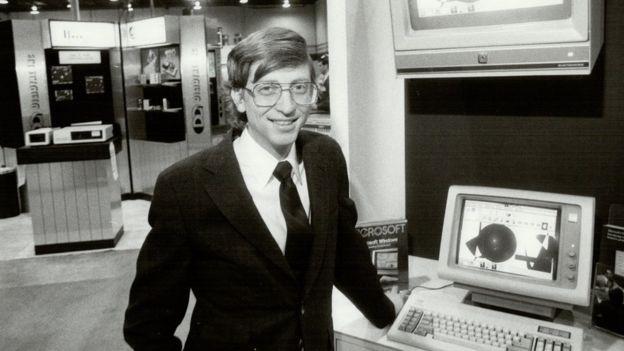 Bill Gates, en esta imagen de 1985 con 30 años, puso el software de su compañía, Microsoft, en las computadoras domésticas de IBM.