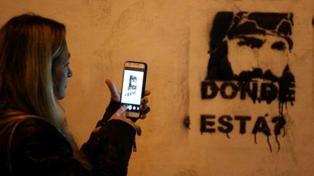 Letreros, carteles y grafitis con la imagen del mochilero han invadido las calles de Argentina.