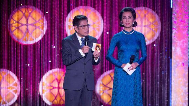 MC chương trình là nhà văn Nguyễn Ngọc Ngạn và cô Nguyễn Cao Kỳ Duyên