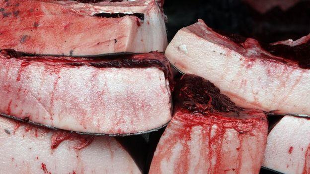 処理されたばかりの鯨肉