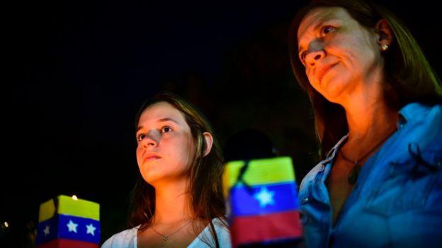 Vigilia de la oposición por los muertos.