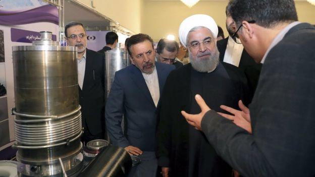 Hassan Rouhani visita instalação de produção nuclear em foto de abril de 2018