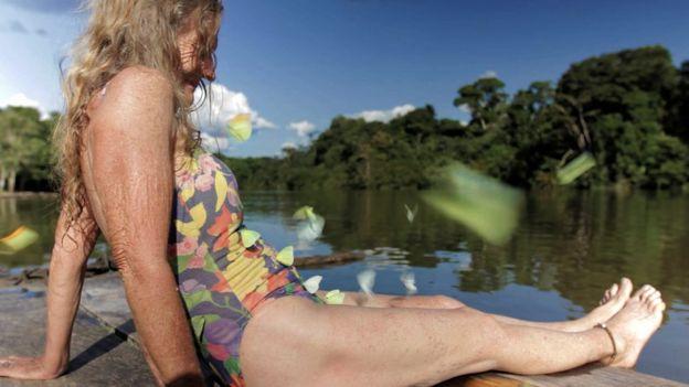 Valerie Meikle, Val, en bañador rodeada de mariposas. (Foto: Clare Weiskopf / Amazona)