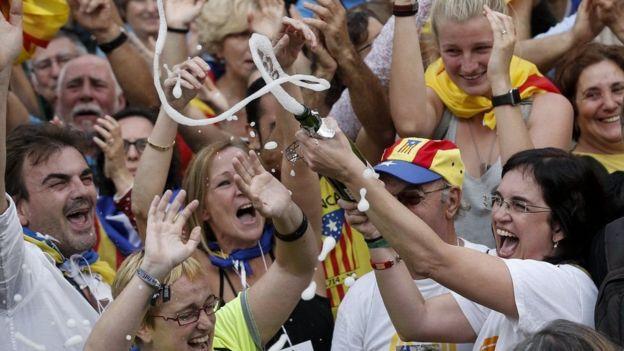 Người dân Catalonia ăn mừng sau khi Nghị viên Catalonia bỏ phiếu độc lập