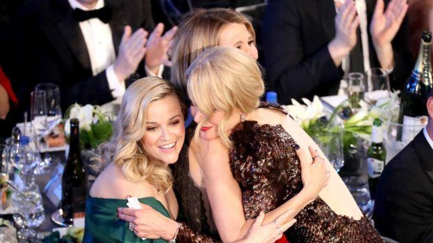 "Nicole Kidman abraza a sus compañeras en""Big Little Lies"" Reese Witherspoon y Laura Dern"