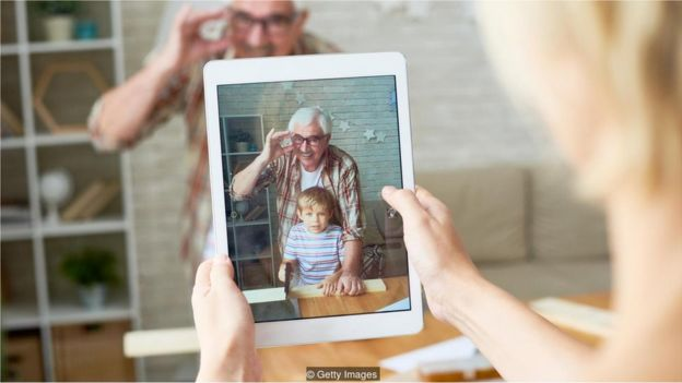 Avô tira foto com neto