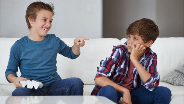 Un hermano burlándose de otro