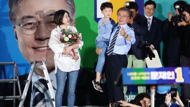 Ông Moon Jae-in bồng cháu nội trong buổi vận động tranh cử hôm 8/5