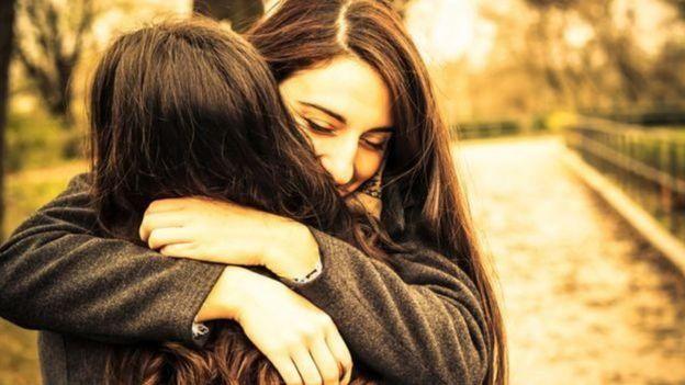 Amigas se abraçam