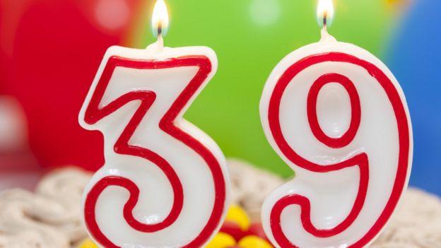 Velas de cumpleaños con el número 39.