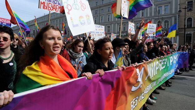 Члены и сторонники ЛГБТ-сообщества на первомайском параде в Санкт-Петербурге в 2015 году