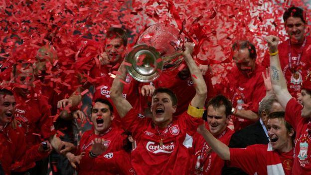 "Steven Gerrard levantó la famosa ""Orejona"" en Estambul."