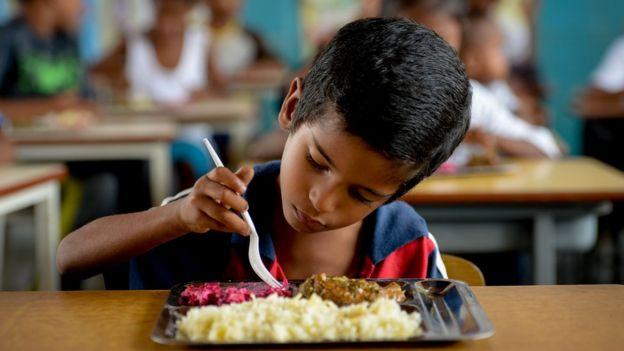 Un niño comiendo.
