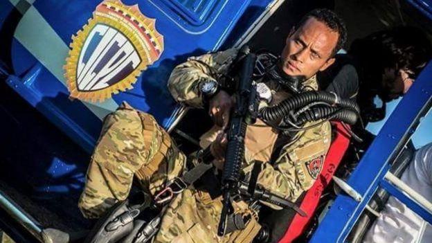 Óscar Pérez con un arma de grueso calibre en un helicóptero