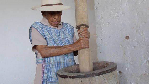 Cruz Elena Cardona moliendo maíz (Foto: Natalio Cosoy/ BBC Mundo)