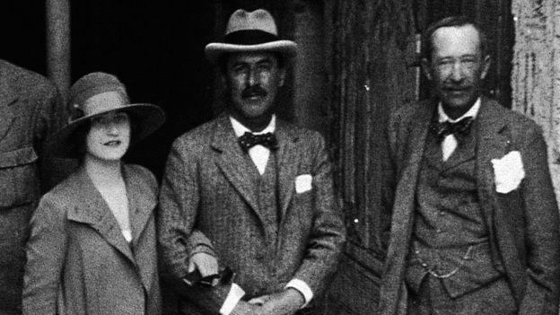Лорд Карнарвон (справа), Говард Картер и дочь лорда Карнарвона леди Эвелин у входа в гробницу Тутанхамона