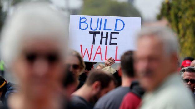 Partidarios de Donald Trump lo reciben en California