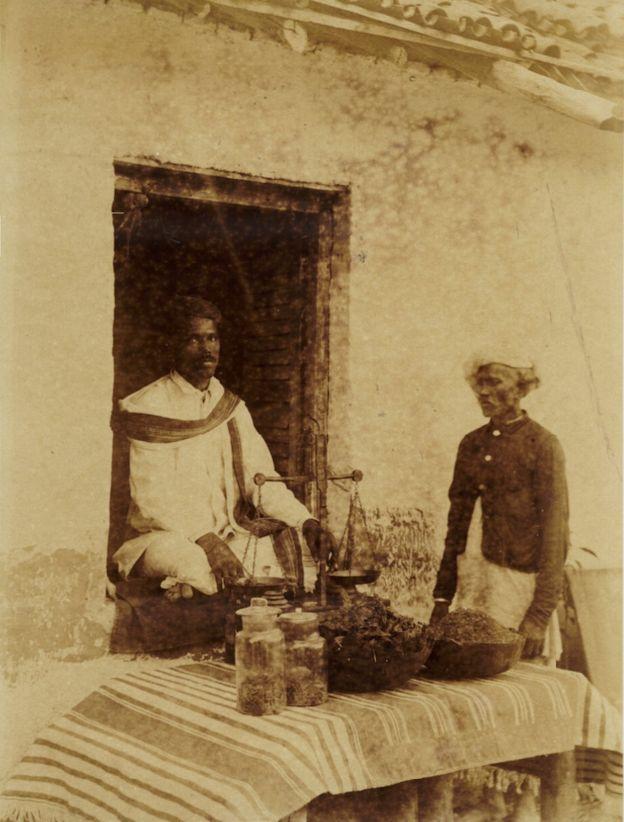 Vendedor de cannabis en India a mediados del siglo XIX. Imagen de dominio público.