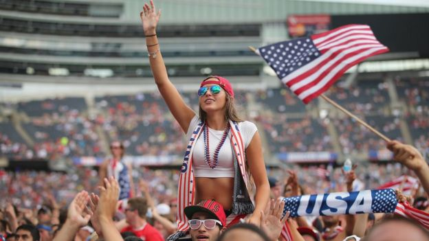 Aficionados estadounidenses en un estadio
