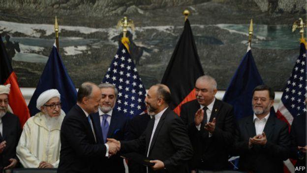 توافقنامه امنیتی را در روز اول کار آقای غنی، حنیف اتمر و جیمز کانینگهام امضا کردند