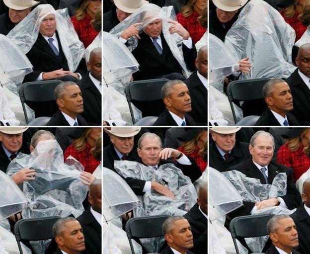 El ex presidente George W. Bush lucha con una capa plástica durante la ceremonia de toma de posición de Donald Trump.