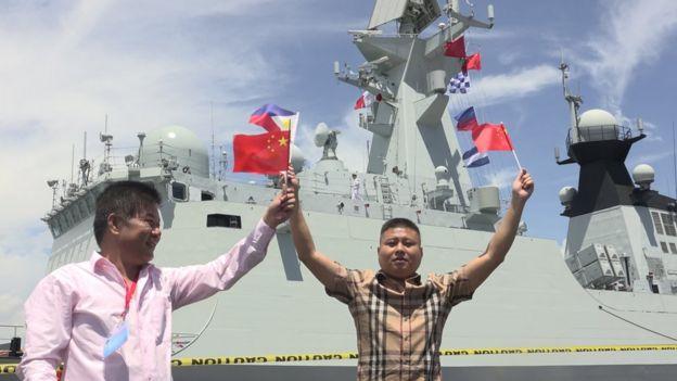 """今年4月,中国海军""""长春号""""访问菲律宾达沃港。"""