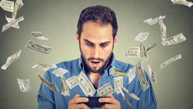 hombre comprando en línea