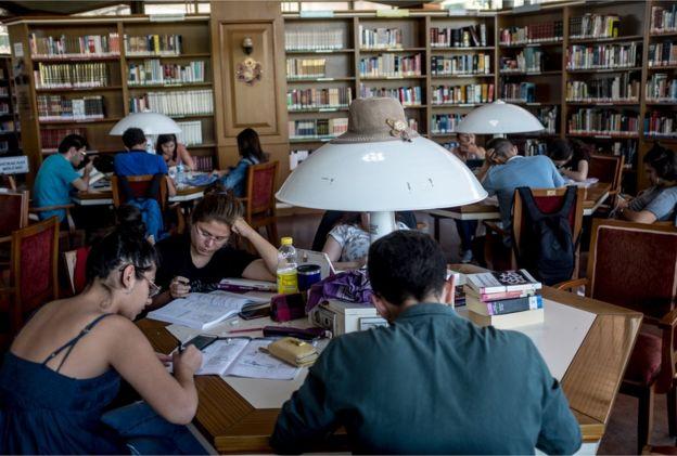 Taksim'deki Atatürk Kitaplığı'nda kitap okuyan gençler