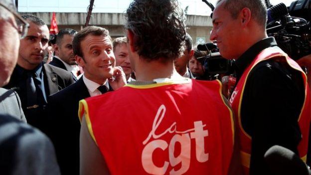 Emmanuel Macron conversando com líderes sindicais em 4 de maio